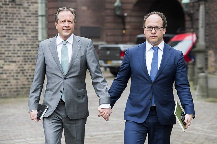 Dutch-Men-Hold-Hands-in-Solidarity-with-Attacked-Gay-Couple